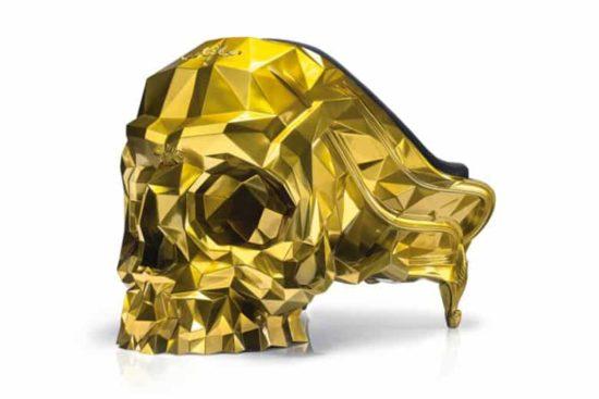 Goldener Schädel als Sessel