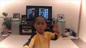 Liten gutt perfekt imiterer Bruce Lee
