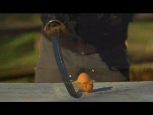 Med Katana af et æg skåret i slowmotion