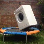 Waschmaschine wäscht auf einem Trampolin