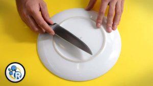 Wie man ein Messer am Teller schärft