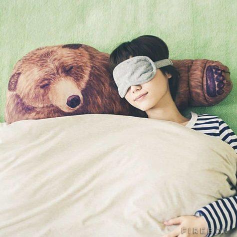 Einschlafen im Arm eines Bären
