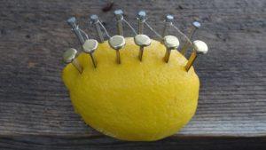 Wie man mit einer Zitrone Feuer macht