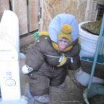Mono en el traje para la nieve visitó la granja