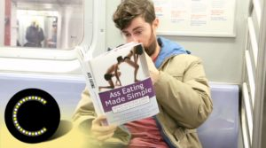 Com o livro falso cobre no metrô