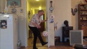 90 år mormorsmor med särskilda fotboll färdigheter