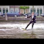 Casey Neistat beim illegalen Wakeboarden mit Smoking in Amsterdam