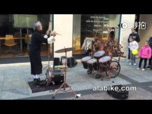 Der jonglierende Drummer