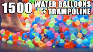 In Slow-Motion mit 1500 Wasserballons auf einem Trampolin
