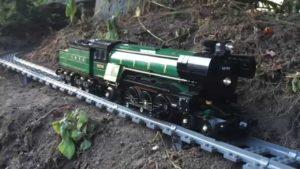 Mit der Lego-Eisenbahn durch den heimischen Garten