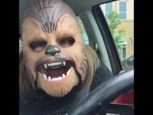 The simple joys in life: Frau amüsiert sich köstlich mit ihrer Chewbacca-Maske
