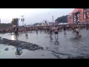 Le meilleur sur un festival de pluie sont les boissons gratuites