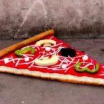 Künstlerin verwandelt alte Matratzen in grosse Lebensmittel