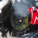 Mit einem Wingsuit über einen aktiven Vulkan fliegen