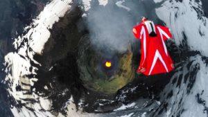 Mosca con traje de alas sobre un volcán activo