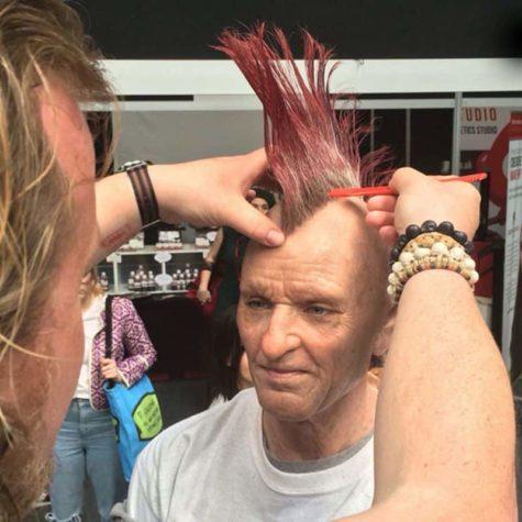 Maquilhador transforma rapariga em um velho do punk