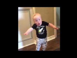 Funny reaktion av ett spädbarn på bruset av dess Opas