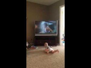 Baby trainiert mit Rocky Balboa