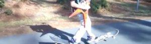 Auf der Gitarre schreddern beim Skaten auf einem Jesus-Skateboard