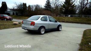 Spezielle Räder lassen ein Auto sich in beliebiger Richtung bewegen