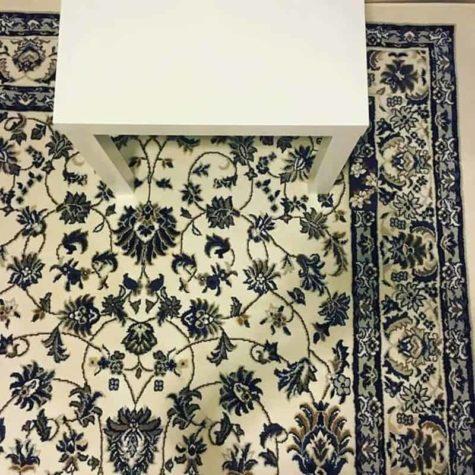 Wer findet das Handy auf dem Teppich?
