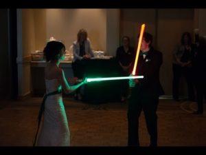 Hochzeitstanz mit Lichtschwertern