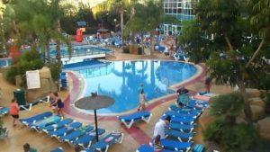 Follia: Quando i turisti prenotano i lettini a bordo piscina