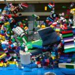 Wie in Zeitlupe ein Lego-Flugzeug in eine Lego-Stadt crasht