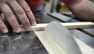 Wie sich ein Sägeblatt aus Papier durch Holz frisst