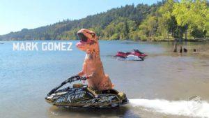 De verkeerde stunts van de motor surfen profs Mark Gomez in de T-Rex kostuum