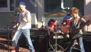 perfekt 18 Minutter Metallica Medley spilt av tenåringer