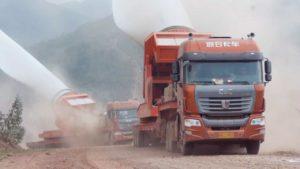 Wie in China riesige Rotorblätter für Windräder in die Berge transport werden