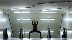 Yoga in einer Berliner U-Bahn-Station