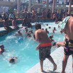Uma piscina em um navio de cruzeiro no mar agitado
