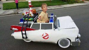 Vater baut den Rollstuhl seines Sohns in einen Ghostbusters Ecto-1 um