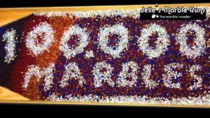 100'000 Mini-Murmeln auf einer Bahn