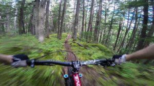 Durch den Wald heizen: Mountainbiking trifft Bildstabilisierung