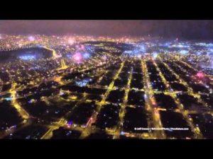 Vola con un drone sopra i fuochi d'artificio di Capodanno a Lima
