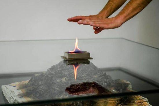 Tablo şömine yanan 50 € notları