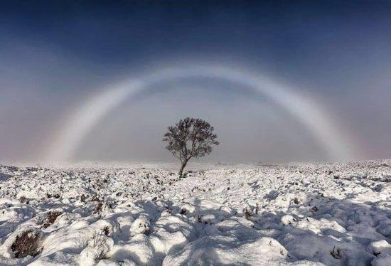 Weisser Regenbogen über Schottland
