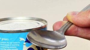 Hvordan til at åbne en dåse med en ske