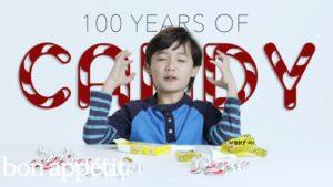 Lapset yrittävät makeisia menneisyydestä 100 Vuodet