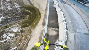 Nothing for weak nerves: balancing a bike on the railing of a dam
