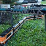 Rijden op een gigantische Lego-track met het model trein door het hele huis en de tuin
