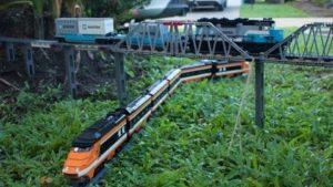Condução em um Lego-track gigante com o modelo de trem por toda a casa e do jardim