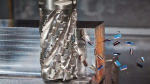 Fraisage CNC métallique au travail