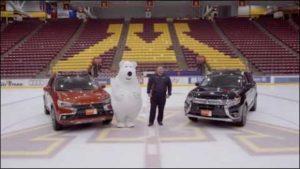 Polar Bear Mascot faller under inspelningen en kommersiell tillbaka igen