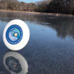 Going for a roll: Frisbee schlittert unglaublich lange senkrecht übers Eis
