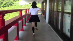 Japanische Schulmädchen auf Parkour