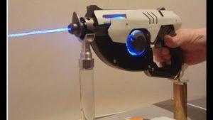 Mann baut funktionstüchtige Overwatch Pulse Pistole
